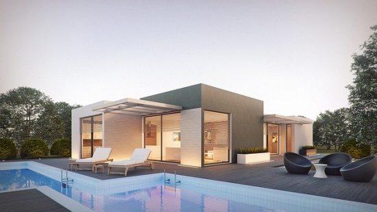 Acheter une maison avec piscine ou la faire construire plus tard ?